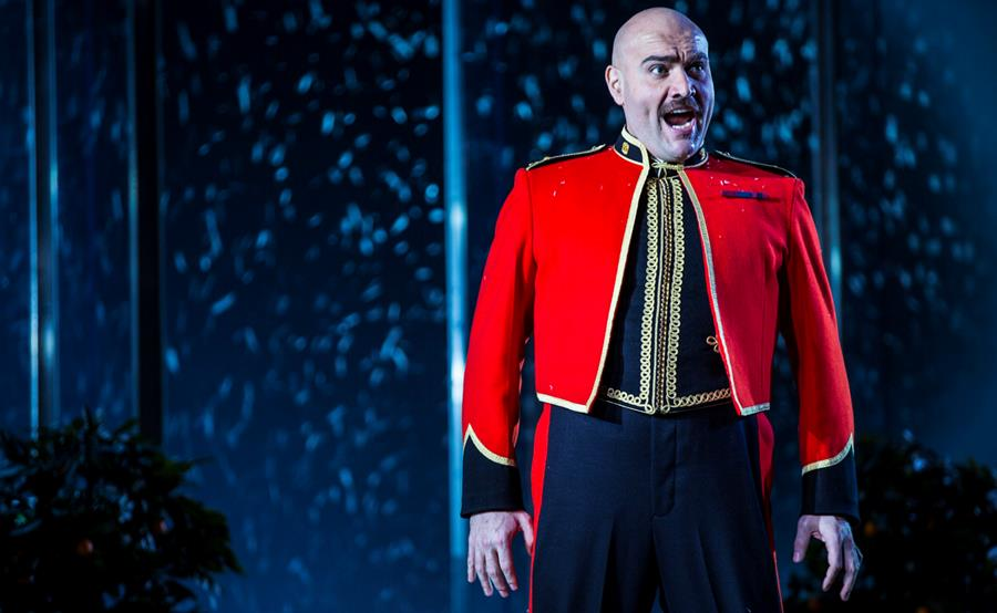 Xavier Sabata singing Polinesso in Ariodante, wearing a red military jacket
